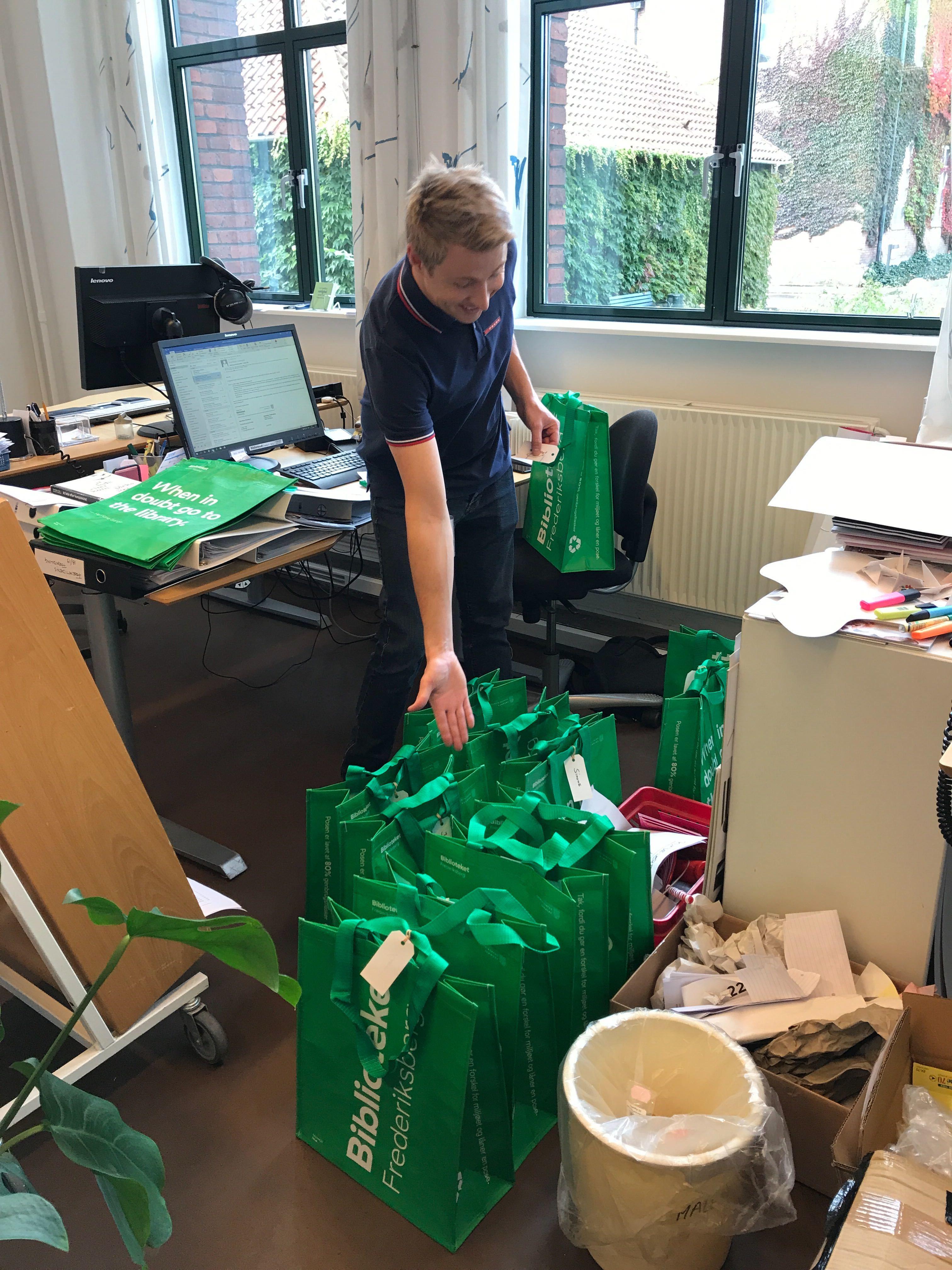 Bøgerne er klar i vores grønne muleposer