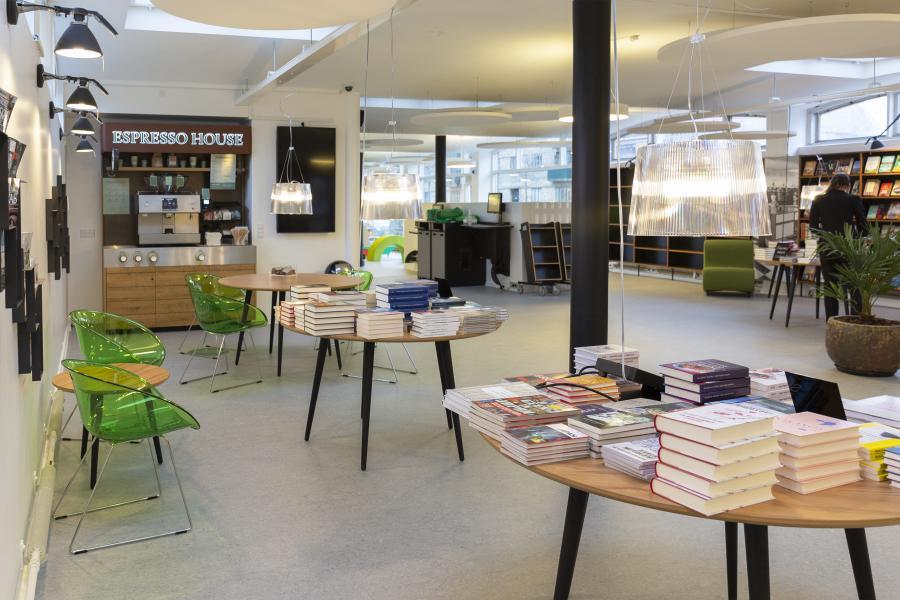 Biblioteket Godthåbsvej er blevet nyindrettet med et nyt gulv, nye inspirationsmiljøer og en selvbetjent café. De nye inspirationsmiljøer gør det overskueligt og inspirerende at finde en god bog at tage med hjem eller læse på biblioteket i caféen.